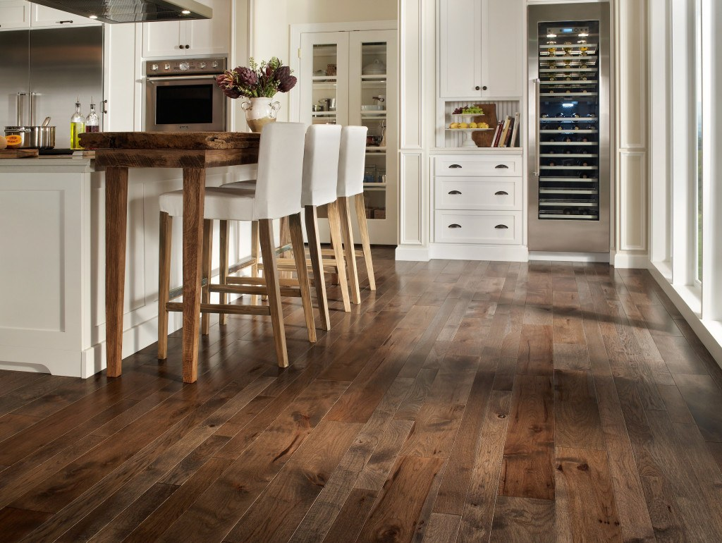 20 beautiful kitchens with wood laminate flooring for Kitchen laminate flooring