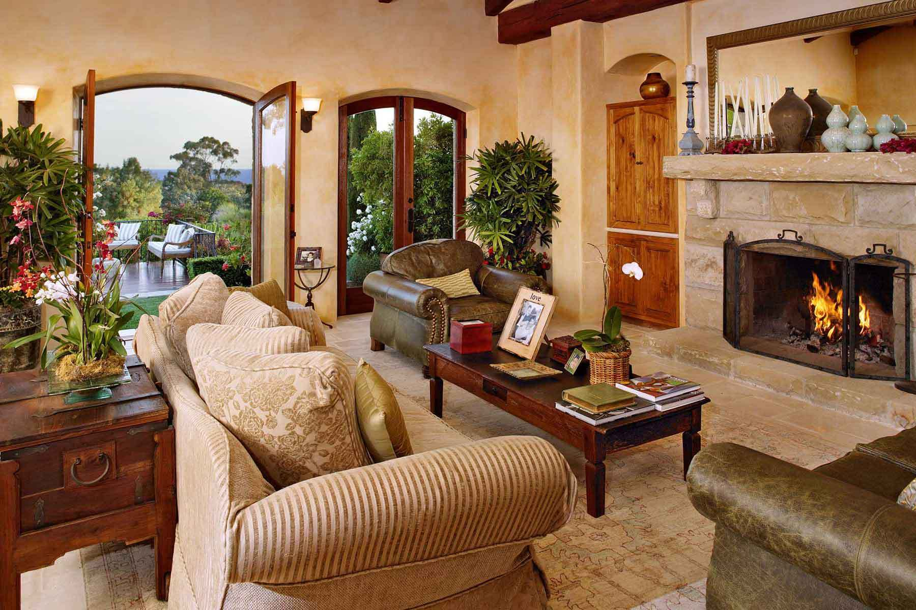 20 amazing living rooms with tuscan decor housely for Pictures of decorated living rooms